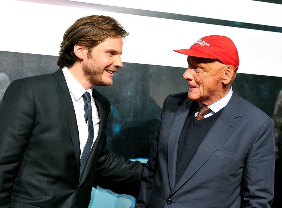 """Schauspieler Daniel Brühl und Ex Formel-1-Champion Niki Lauda am Red Carpet vor der Österreich- Premiere des Film """"Rush - Alles für den Sieg"""" am 30. September 2013 in Wien."""