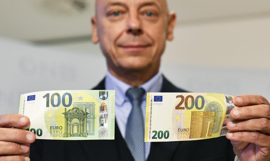 OeNB-Direktor Kurt Pribil präsentierte die neuen 100- und 200-Euro-Banknoten bereits.