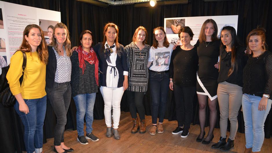 """All diese Frauen unterstützten Freiwilligenarbeiterin Réka Kápas (3. v. r.) bei ihrem Ausstellungsprojekt. <span class=""""TT11_Fotohinweis"""">Foto: Spielbichler</span>"""