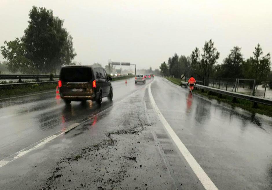 Anhaltend starker Regen hat in Vorarlberg zu Murenabgängen sowie kleinräumigen Überflutungen und damit verbundenen Straßensperren geführt.