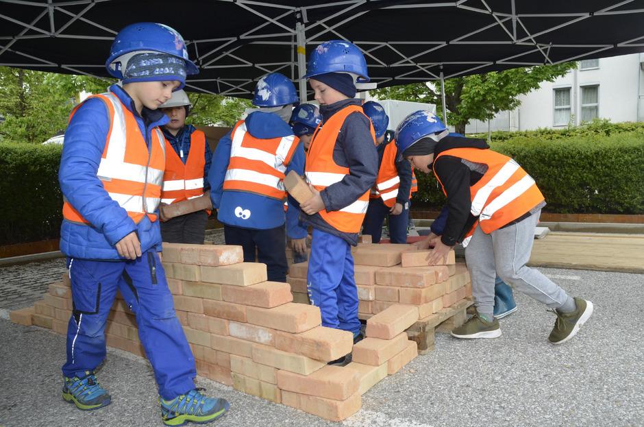 Die Kinder konnten an den Stationen der Erlebniswelt Baustelle selbst mit anpacken beim Hausbau – etwa als Maurer oder Fliesenleger.