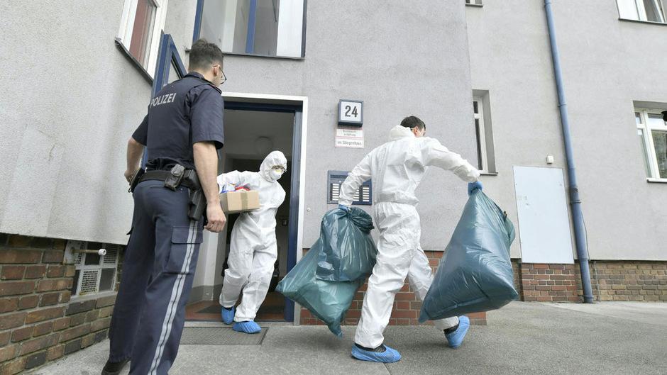 Beamte in Schutzanzügen trugen am Nachmittag unter anderem zwei große Müllsäcke aus dem Haus.