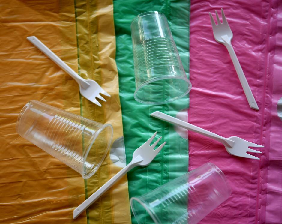 Besteck und Becher aus Plastik sind ab 2021 verboten.