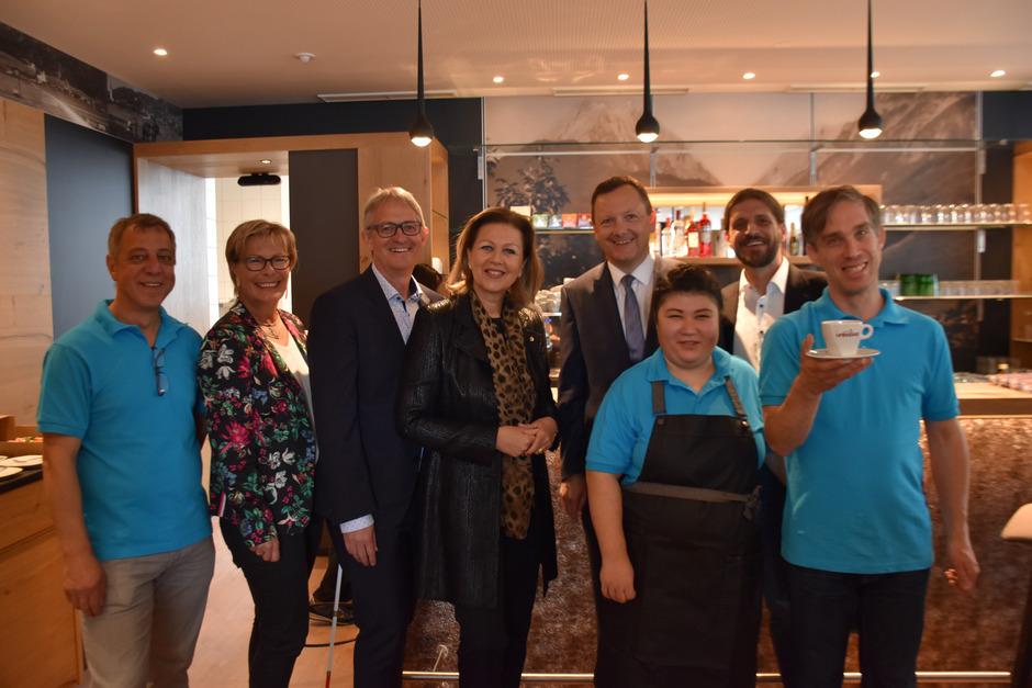 Georg Willeit (GF Lebenshilfe), LR Patricia Zoller-Frischauf, BM Karl-Josef Schubert, Burcu Alici, Klaus Mair (Leitung cafetalent) und Alexander Inwinkel (v.l.) freuten sich über die Eröffnung des cafetalent.
