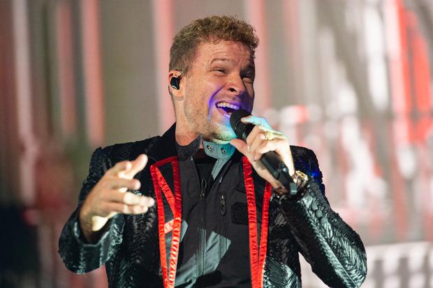 Brian Littrell der Boygroup Backstreet Boys singt zum Auftakt der Deutschland-Tournee auf der Bühne in der TUI Arena.