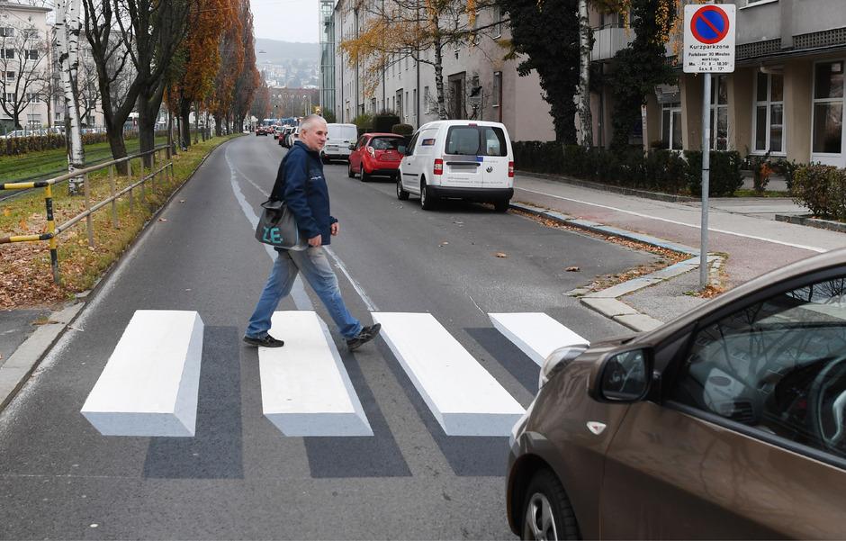 In Linz gibt es spezielle 3D-Zebrastreifen, die die Verkehrssicherheit von Fußgängern deutlich erhöhen sollen.