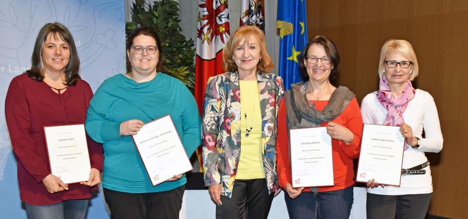 LR Beate Palfrader (Mitte) bedankte sich bei vier der insgesamt sechs geehrten Außerfernerinnen: (v.l.) Carmen Posch, Barbara Luttinger-Hohenegg, Christine Pacher und Isabel Märkl-Polin.