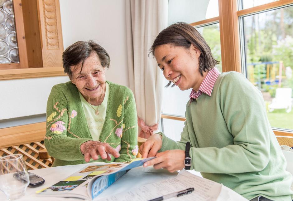 Maria Schweitzer mit einer japanischen Journalistin, die über ihr Hotel berichtet.