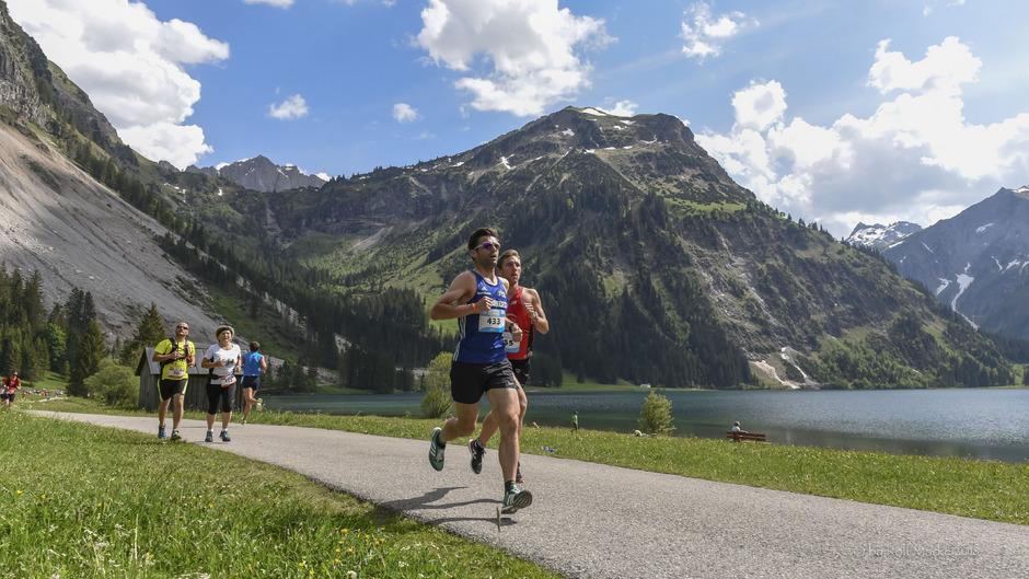 Die Strecken über 22,7 und 10 Kilometer führen die Läufer durch das Naturschutzgebiet Vilsalpsee.