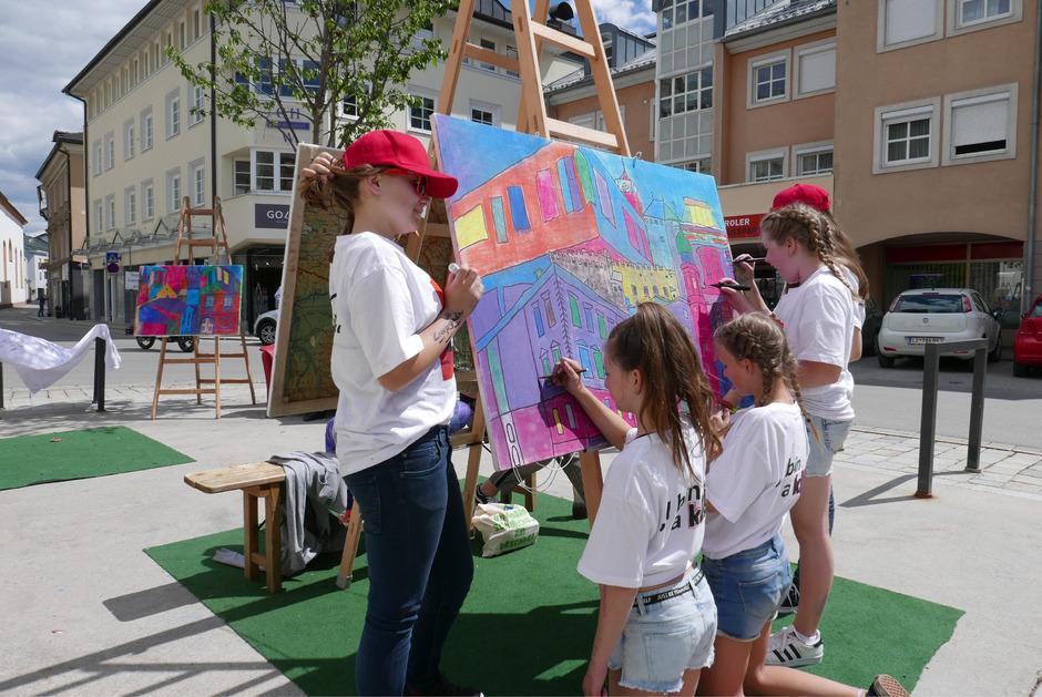 Ausgediente Wandkarten haben die Schüler der Kreativgruppe der NMS Egger-Lienz mit Hilfe Hunderter Kinder in bunte Farben getaucht.