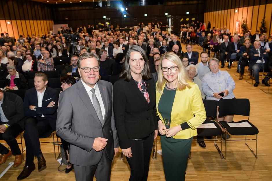 Barbara Thaler (M.) – hier mit LH Günther Platter und Wirtschaftsministerin Margarete Schramböck – gestern Abend beim Wahlkampffinale in Innsbruck.