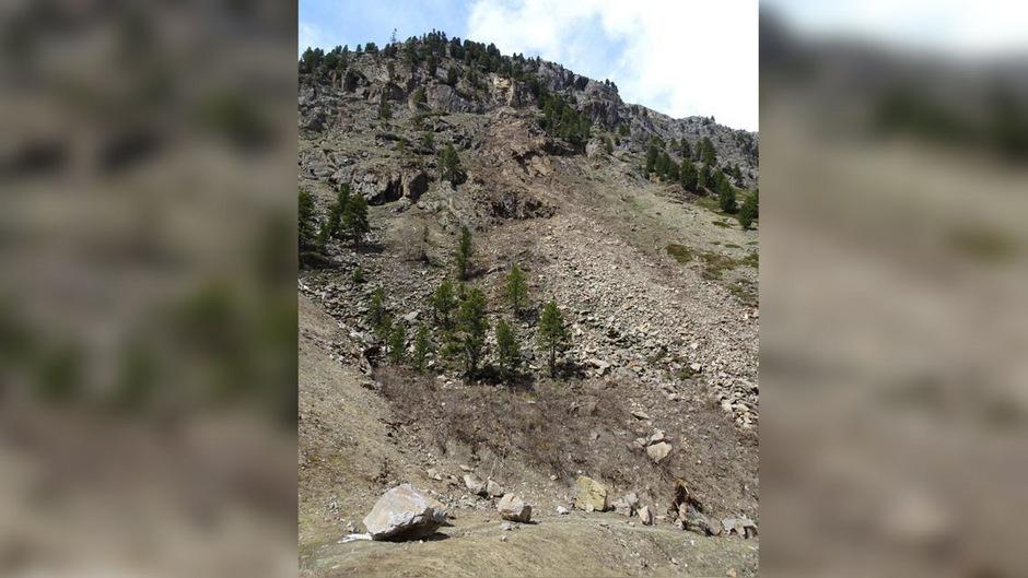 Als Sofortmaßnahme werden absturzgefährdete Felsbereiche entfernt.
