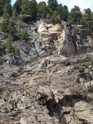Die Möglichkeit weiterer Felsblockabstürze erfordert eine umfangreiche Expertise bis zur Umsetzung dauerhafter Schutzmaßnahmen.
