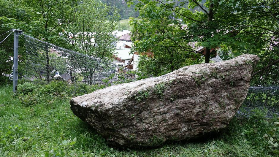 Unweit des Hauses wurden die Felsbrocken von einem Zaun gestoppt.
