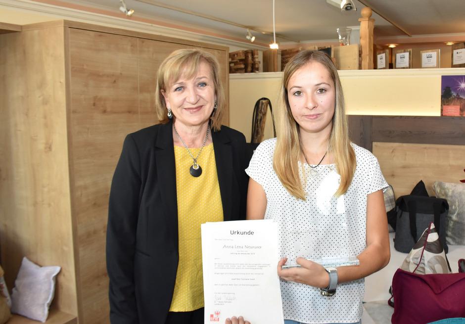 """Landesrätin Beate Palfrader (l.) gratulierte Anna Lena Neururer im Rahmen einer Feier zum """"Lehrling des Monats Mai 2019""""."""
