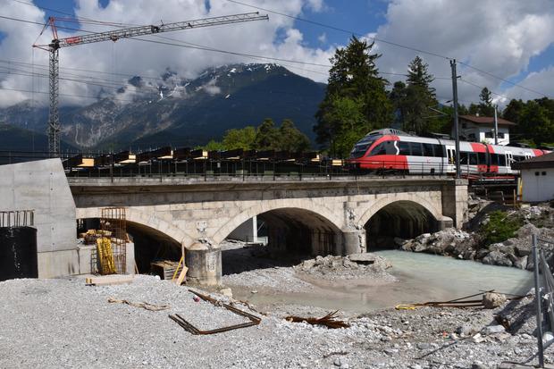 Die Bahnbrücke in Vomperbach ist in die Jahre gekommen.