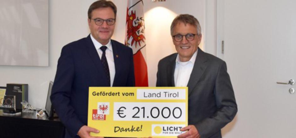 """LH Günther Platter übergab den Scheck für """"Licht für die Welt"""" an Augenarzt Klaus Miller."""