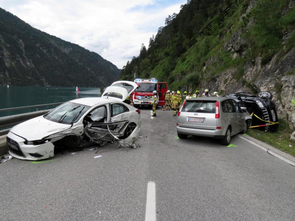 Trotz dichten Verkehrs hatte der Lenker des weißen Pkw auf der Achenseestraße zum Überholen angesetzt – mit fatalem Ausgang.