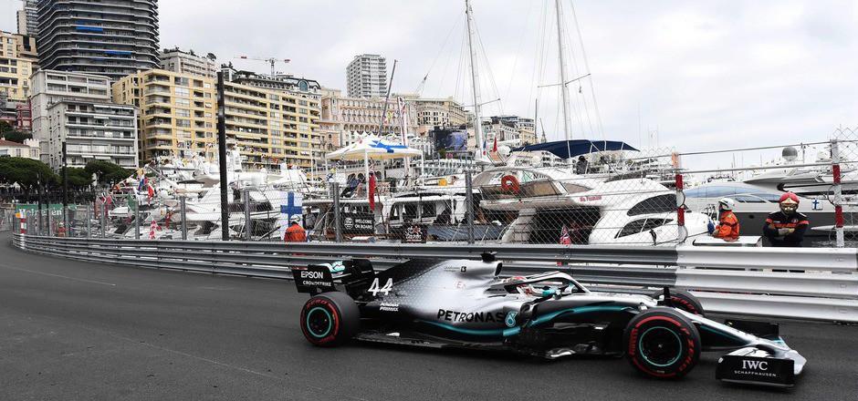 Mit Bestzeit durch den Yachthafen von Monte Carlo: Mercedes-Pilot Lewis Hamilton.