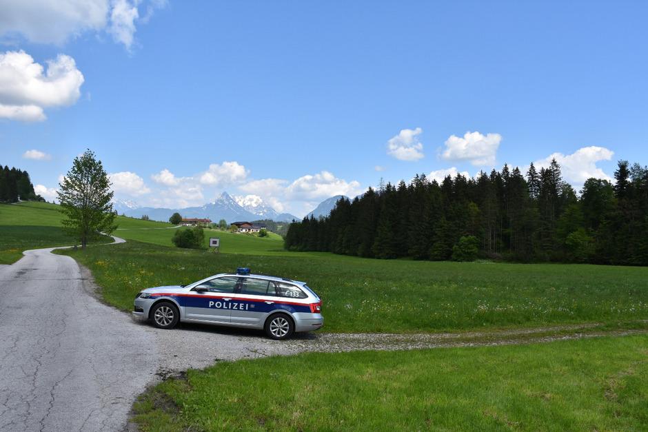 Ein Polizeiauto im Bereich der betreffenden Wiese in Angerberg.