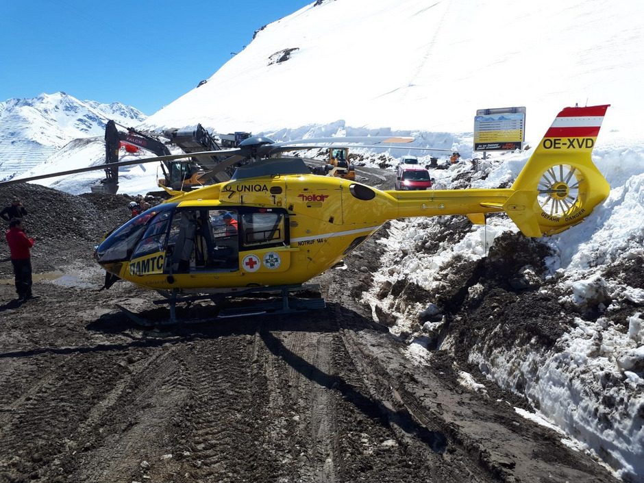 """Der Pilot verlor die Kontrolle über den Helikopter und """"landete"""" unplanmäßig wenige Meter neben der Unfallstelle. Dabei drehte sich das Fluggerät etwa 270 Grad um die eigene Achse."""