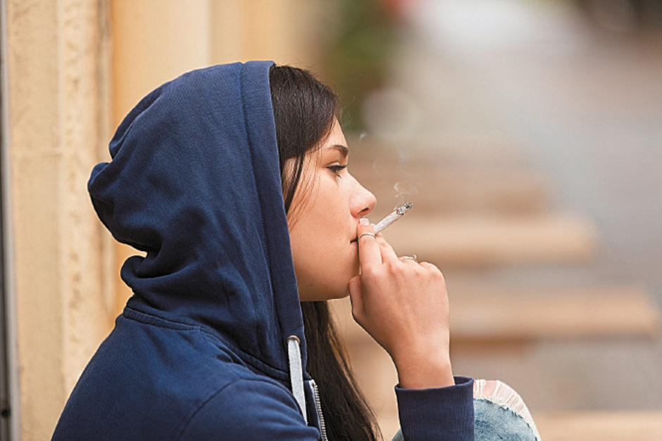 Jugendlichen droht bei unerlaubtem Rauchen eine Strafe bis zu 215 Euro. Gastronomen, die nicht genau kontrollieren, riskieren Strafen bis zu 7260 Euro.