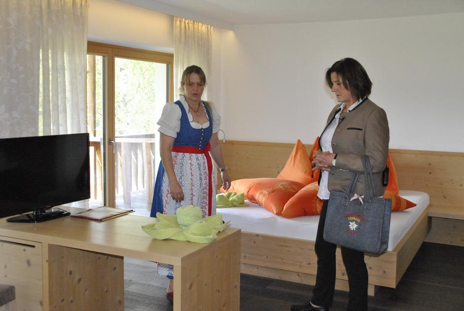 Die beiden Prüferinnen Maria Schweiger (l.) und Maria Breito nahmen die Zimmer genau unter die Lupe.