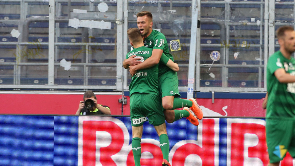 Feierten den zweiten WSG-Treffer und Sieg gegen Liefering – Milan Jurdik herzte seinen Assistgeber Sebastian Santin.