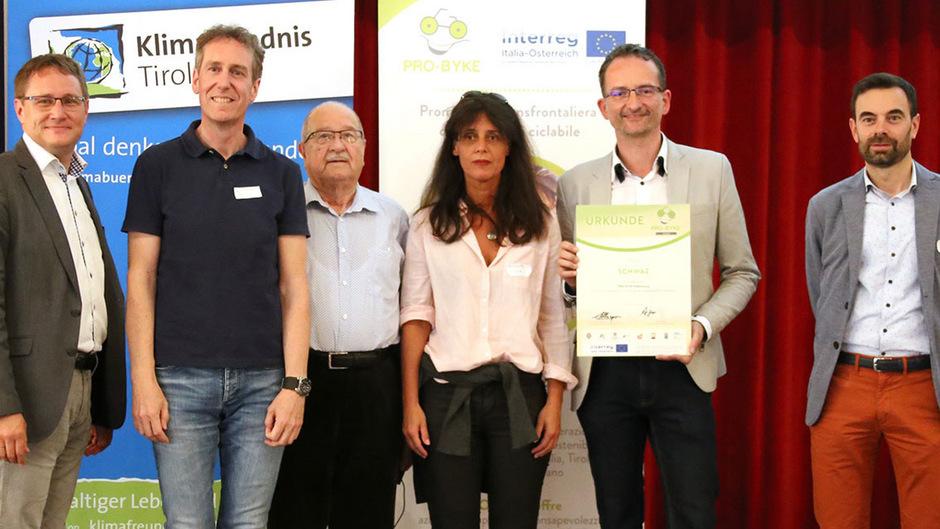 Ekkehard Allinger-Csollich (Land Tirol) überreichte die Auszeichnung an Robert Kaufmann, Hermann Lamplmayr, Sylvia Rosenits und Hermann Weratschnig, gemeinsam mit Harald Reiterer (STA Südtirol, v.l.).