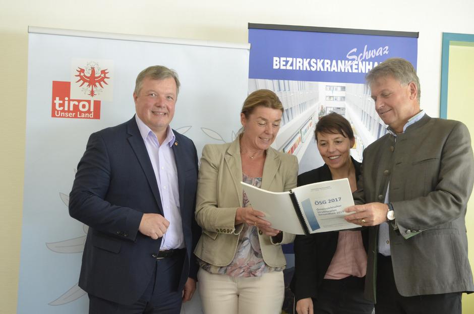 LR Bernhard Tilg kam gestern mit viel Lob und dem Strukturplan Pflege zu Pflegedirektorin Gabriele Polanezky, Geschäftsführerin Margit Holzhammer und Obmann Franz Hauser (von links) ins Schwazer Bezirkskrankenhaus.
