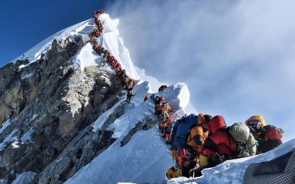 """Bizarres Bild: Ein im Internet verbreitetes Foto eines Bergsteigers zeigte eine lange Schlange auf dem """"Dach der Welt""""."""