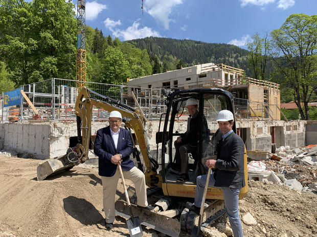 Spatenstich für das 280-Betten-Hotel in Bayrischzell mit Anton Pletzer (links), Manfred Pletzer und Bürgermeister Georg Kittenrainer.