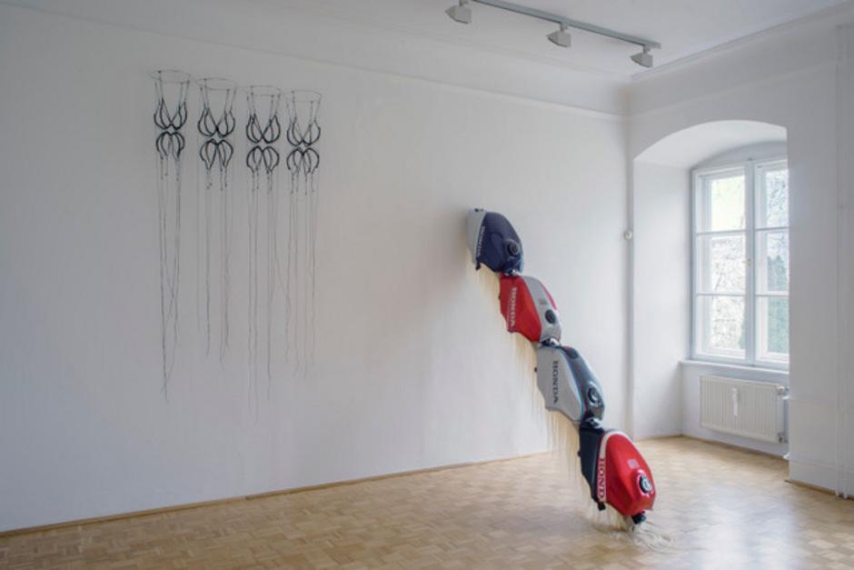 Dialog: Objekte von Anna Holtz (l.) und Andrea Bircken.