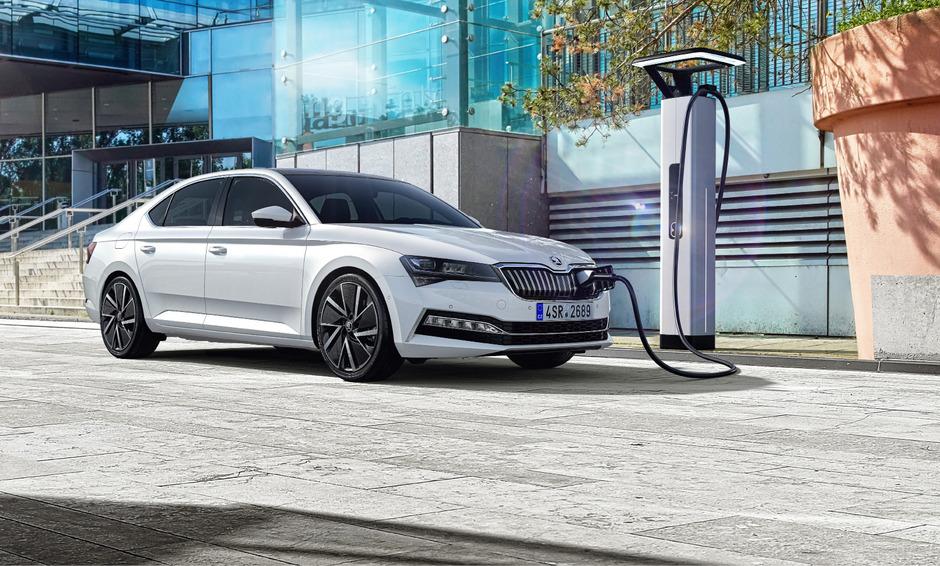Der Škoda Superb iV wird sowohl als Kombi als auch als Limousine auf den Markt kommen.