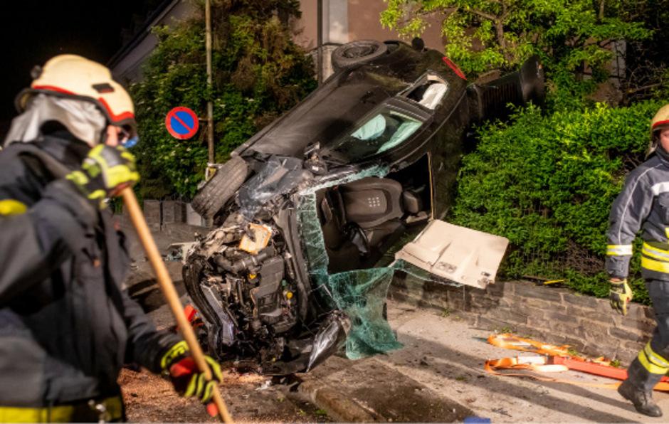 Der 24-jährige Pkw-Lenker wurde in seinem Fahrzeug eingeklemmt.