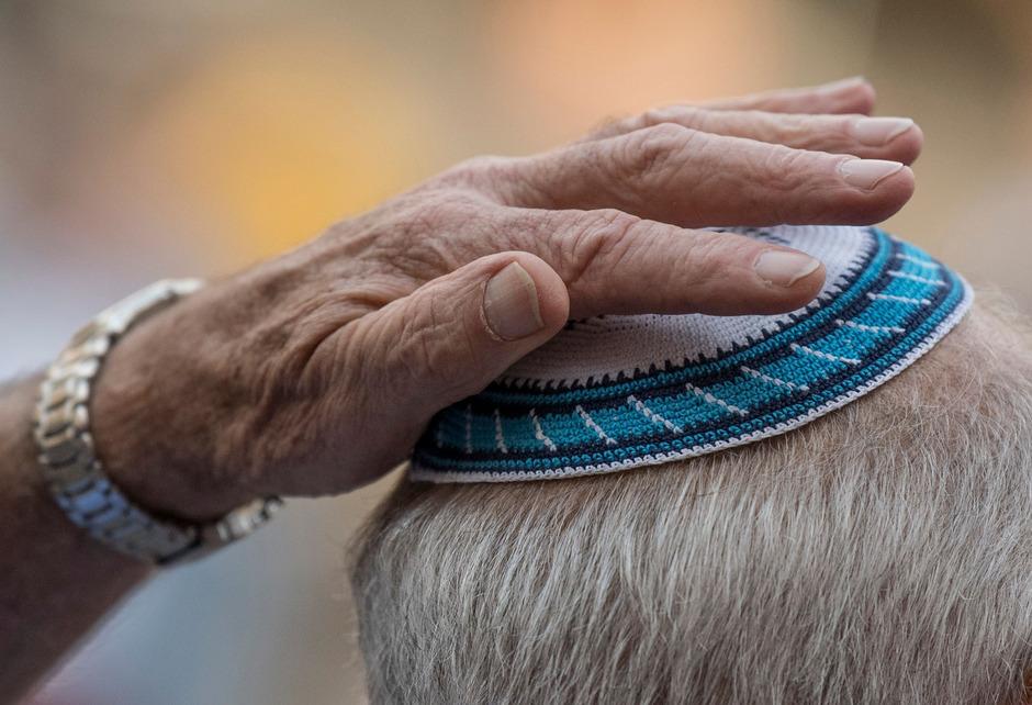 Die Kippa - die traditionelle Kopfbedeckung gläubiger Juden - signalisiert Gottesfurcht und Bescheidenheit vor Gott. (Symbolfoto)