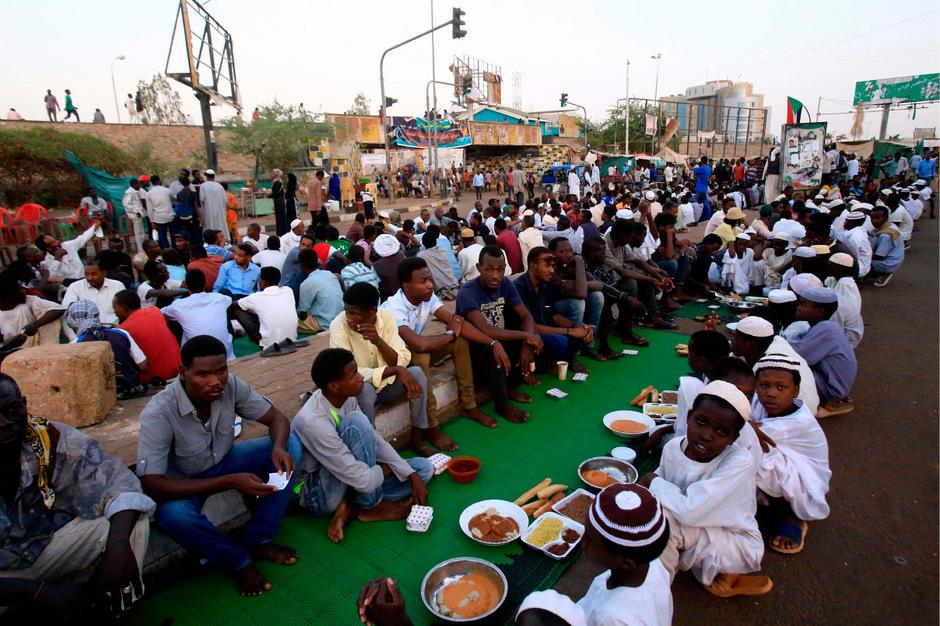Nach monatelangen Massenprotesten hatte die sudanesische Armee am 11. April den drei Jahrzehnte lang autoritär herrschenden Staatschef Omar al-Bashir gestürzt.
