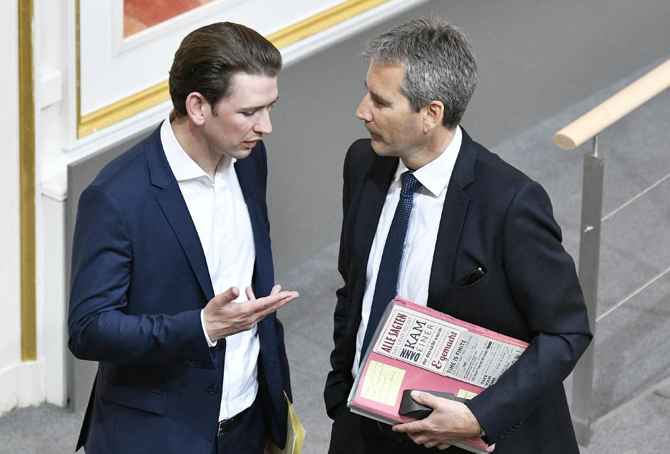 Am Montag könnte von einer Parlamentsmehrheit Kanzler Sebastian Kurz (im Gespräch mit seinem neuen Vizekanzler Hartwig Löger) das Misstrauen ausgesprochen werden.