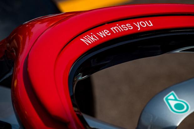 """Das rotlackierte Halo-System ziert der Schriftzug """"Niki we miss you""""."""