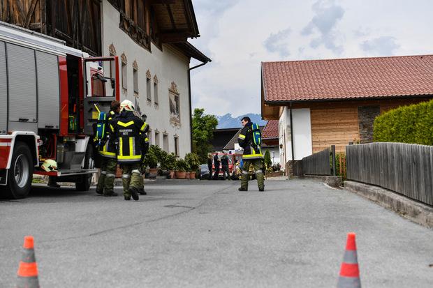 Die Feuerwehren Rietz und Telfs rückten aus und sperrten die Straße im Bereich des Bauernhofs großräumig ab.