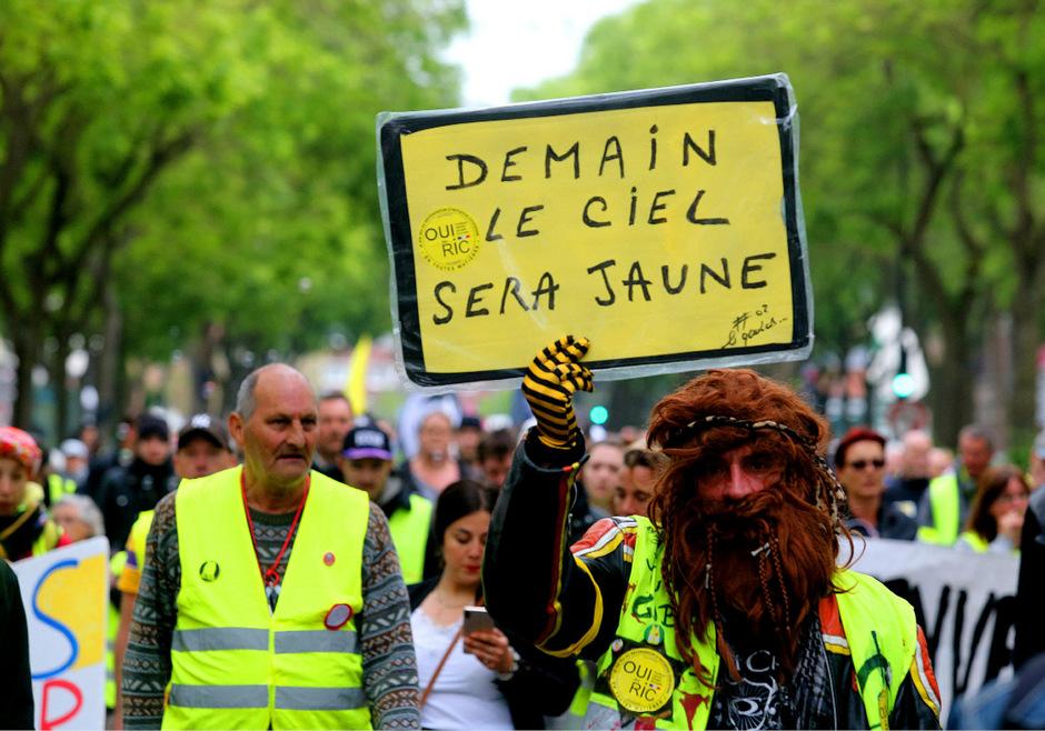 """""""Morgen wird der Himmel gelb sein"""" steht auf dem Schild dieses Demonstranten."""