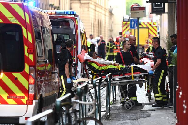 Mindestens acht Menschen wurden nach derzeitigem Stand bei der Explosion verletzt.