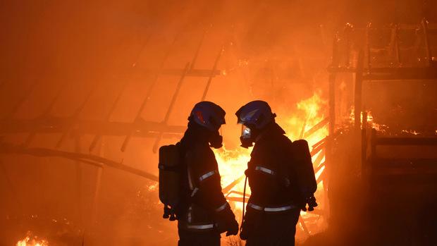 Die Feuerwehr konnte ein Übergreifen der Flammen auf das Wohnhaus nur bedingt verhindern.