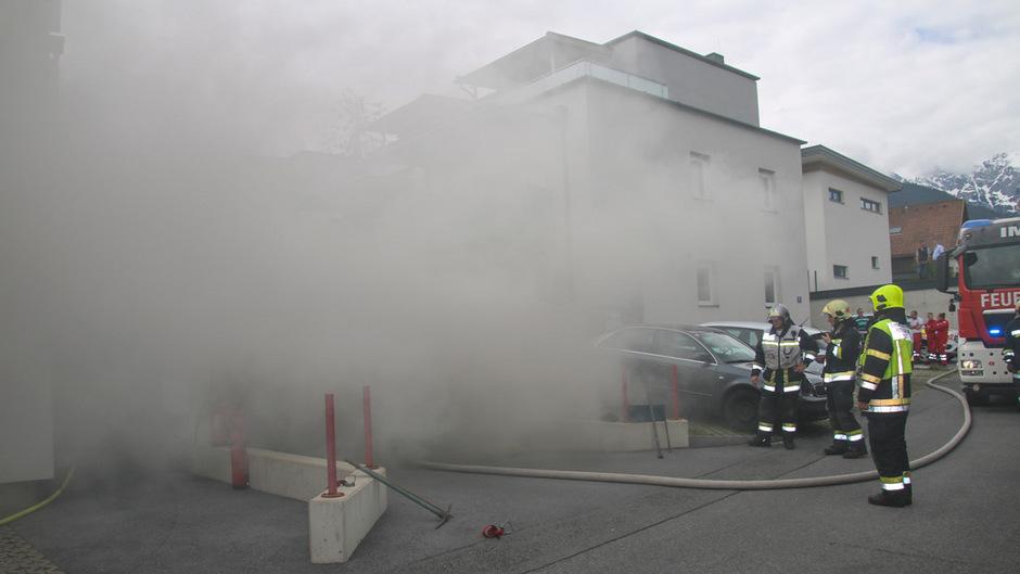 Nachbarn versuchten das Feuer zu löschen, scheiterten aber wegen des dichten Qualms.