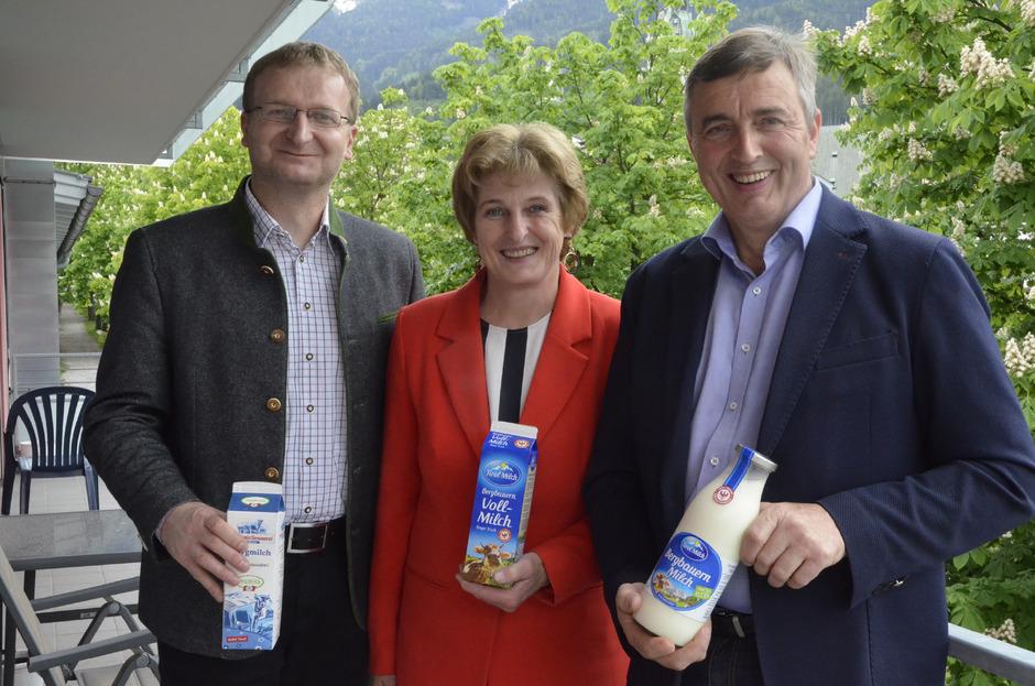 Josef Unterweger, Sonja Gschößer und Hannes Partl (r.) freut's, dass immer mehr Endverbraucher hochwertige Milch aus der Region kaufen.