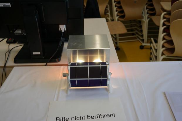 Der Solarmotor ist von Photovoltaikzellen umgeben und dreht sich um einen Magneten als Achse.