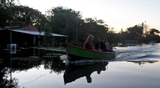 Menschen in einem Boot in der überfluteten Stadt Puerto Falcón.