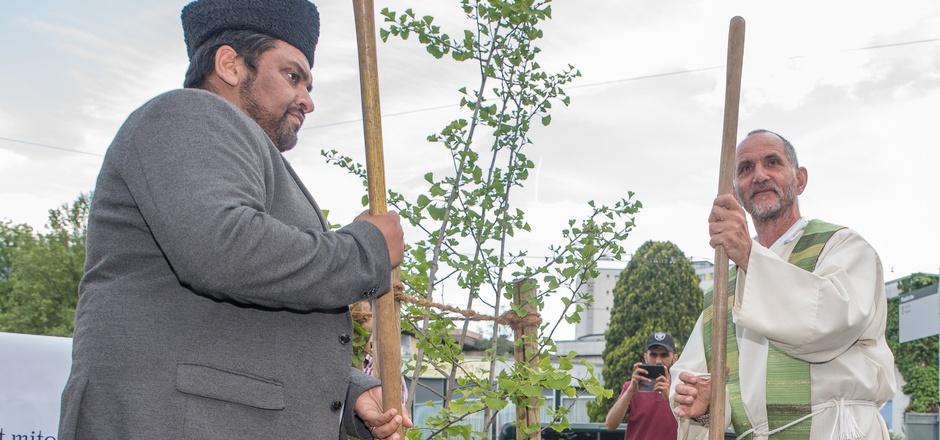Ein Zeichen für respektvolles Zusammenleben: Imam Nabeel Ahmed und Pfarrer Andreas Tausch setzten den Gingko-Baum ein.