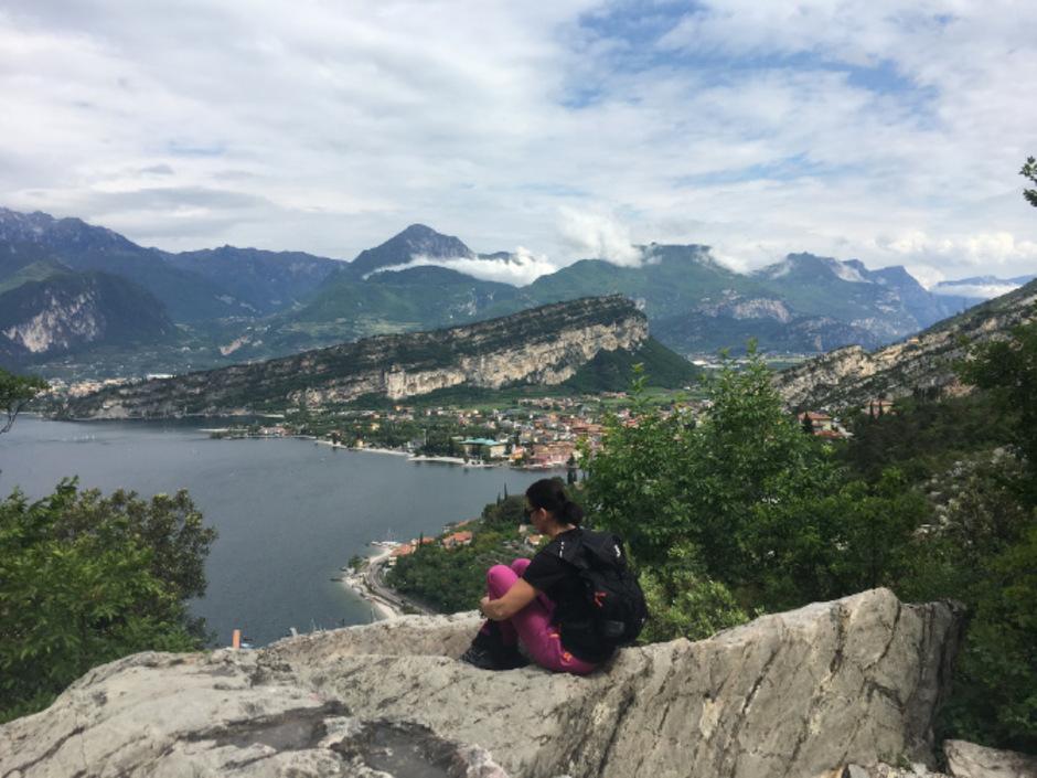 Nach wenigen Metern hat man den ersten tollen Aussichtspunkt mit Blick auf Riva und Torbole erreicht.
