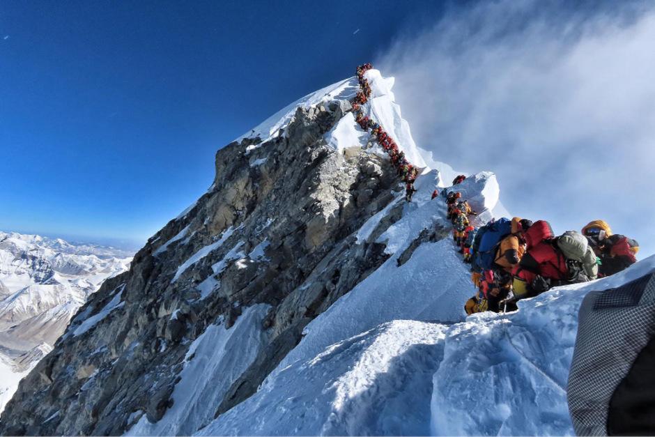 Auf den Mount Everest bilden sich lange Schlangen.